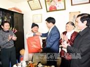 Hanoi authorities present Tet gifts to local contributors