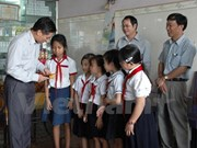 Expatriates in Cambodia receive gifts on Tet festival