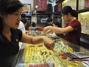 Gold prices fall, Vietnamese dong weakens
