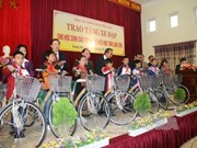 Supreme People's Court official gives bicycles to ethnic students