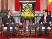 President Truong Tan Sang greets Lao official