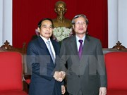 Laos vows to strengthen solidarity with Vietnam