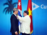 Cuba presents Friendship Medal to Vietnamese Ambassador