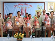 Viettel gives Tet present to needy Vietnamese in Cambodia