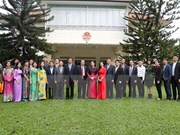 Top legislator meets embassy staff, overseas Vietnamese in Singapore