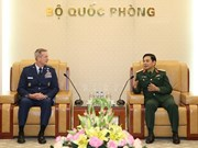 General staff chief Phan Van Giang greets US Pacific Commander