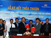 Da Nang, Vietnam Airlines shake hands in tourism, trade promotion