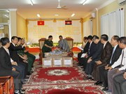Vietnam presents gifts to Cambodia's solidarity front