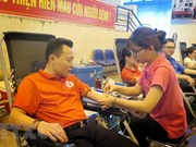 People brave severe heat to donate blood in many provinces