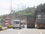 Separate lanes opened to fix long queue in Lao Bao – Dansavanh border gate