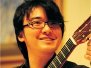 Japanese guitarist performs for Christmas in Hanoi