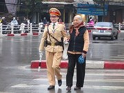 Traffic policewomen handle congested roads in HN