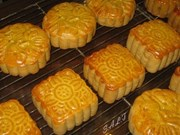 Mooncake markets bustle ahead of festival
