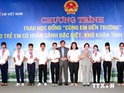Vice President presents scholarships to Ninh Thuan students