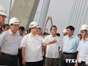 Deputy PM inspects Nhat Tan Bridge project