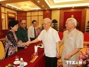 Party leader meets ex-youth volunteers, war heroes