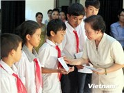 Vice President Doan grants scholarships to needy children in Ninh Binh