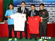 Thai group signs sponsorship deal with Vietnam football teams