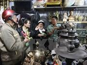 Visitors buy good luck at Vieng market
