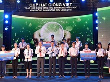 """""""Vietnamese Seeds Fund"""" scholarships presented to students"""